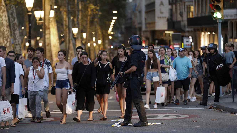 Rajoy amenaza con desplegar ejército de España después de atentado en Barcelona