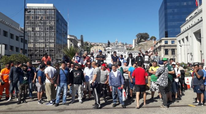 Portuarios en lucha paralizan actividades del puerto en Valparaíso