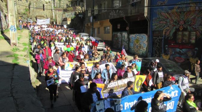 Miles de profesores y estudiantes se movilizan exigiendo la renuncia de la Ministra Cubillos
