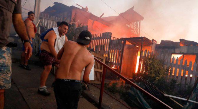 """Incendio navideño en Valparaíso: orgullosamente """"sólo el pueblo ayuda al pueblo"""""""