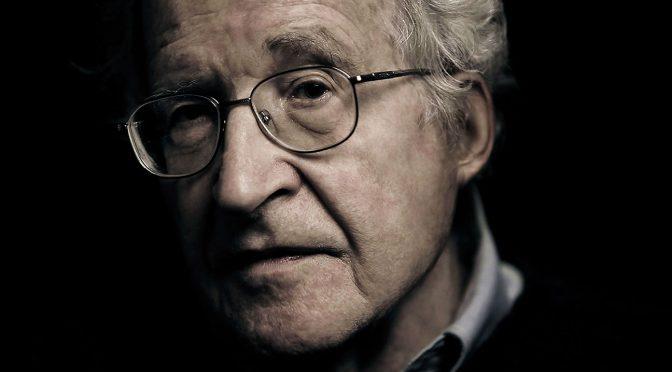 La declaración de Chomsky en el juicio contra Assange: «El poder necesita la oscuridad»
