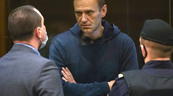 Tribunal ruso condena a Alexei Navalny a prisión