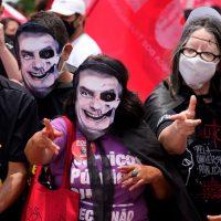 Bolsonaro acusado de homicidio masivo por política de inmunidad colectiva ante COVID-19 en Brasil